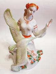 Фарфоровая статуэтка Девушка с аистом. Выбрать оригинальные подарки.